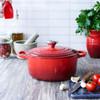 product in gebruik Ovale Stoof-/Braadpan 31 cm Kersenrood