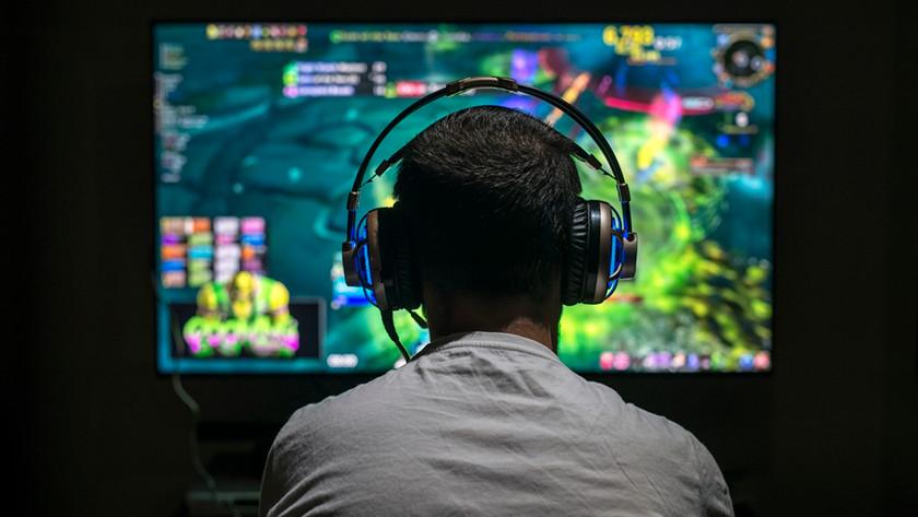 Persoon aan het gamen met een Dolby Atmos headset