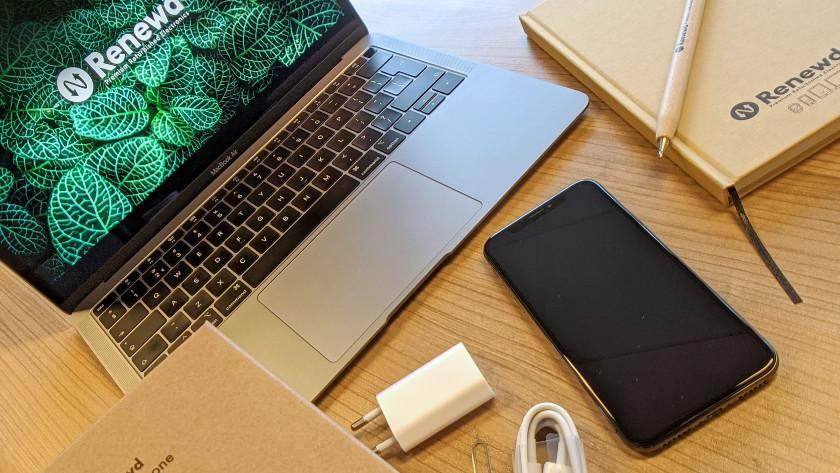 iPhone met accessoires en MacBook