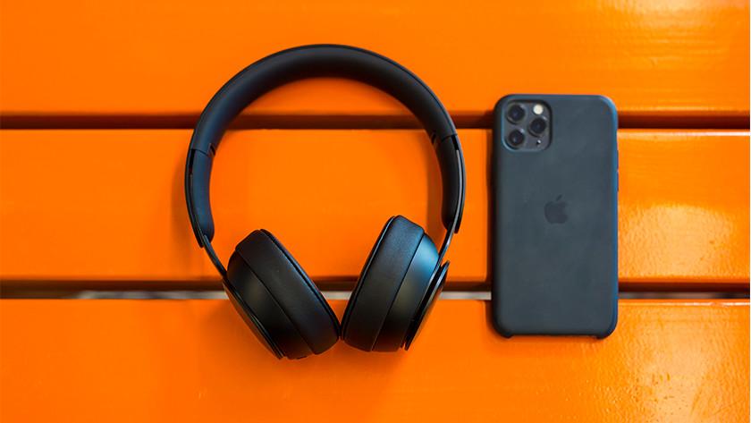 Beats Solo Pro naast iPhone