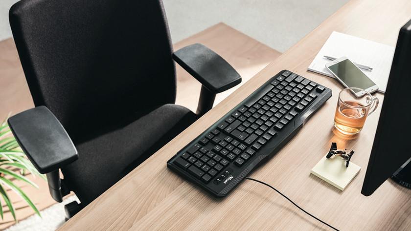 Bureaustoel achter een bureau.