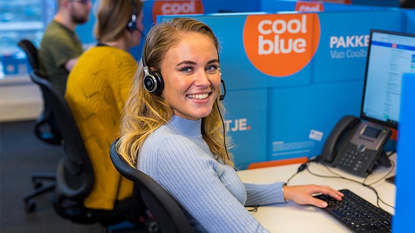 Vriendelijk lachend meisje van de Coolblue klantenservice.