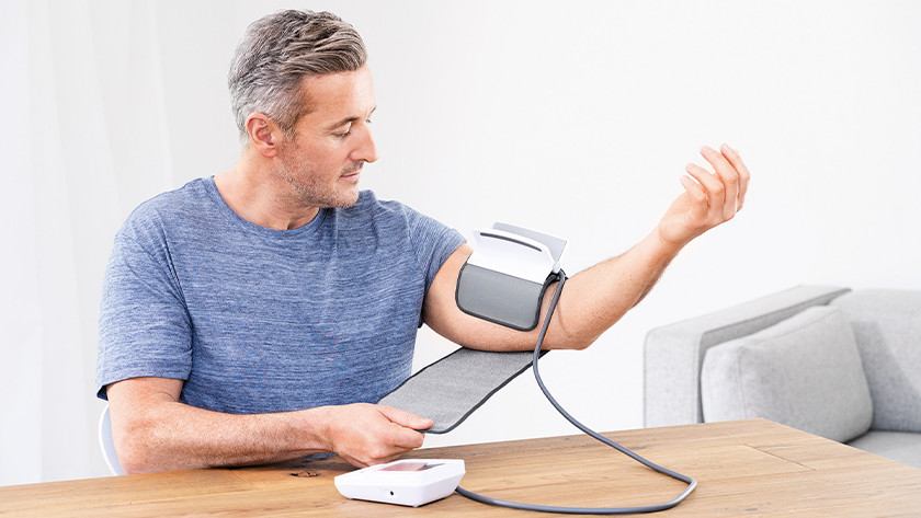 Man met bloeddrukmeter