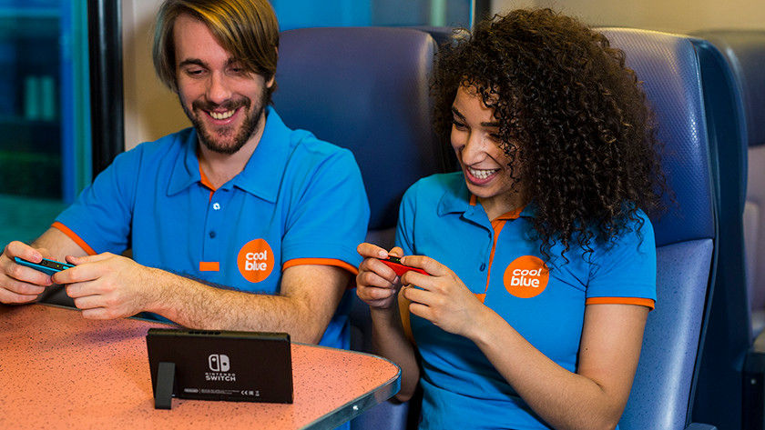 Meisje en jongen spelen in de trein op Nintendo Switch.