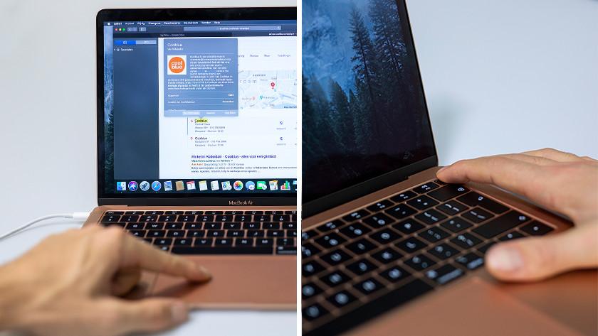 Man legt vingers op Touchpad en vingerafdrukscanner MacBook Air.