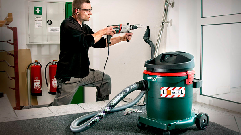 Bagged or bagless construction vacuums