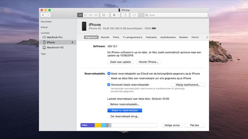 Apple iPhone make backup on Apple MacBook