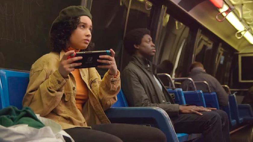 Jouer avec la Nintendo Switch dans le métro