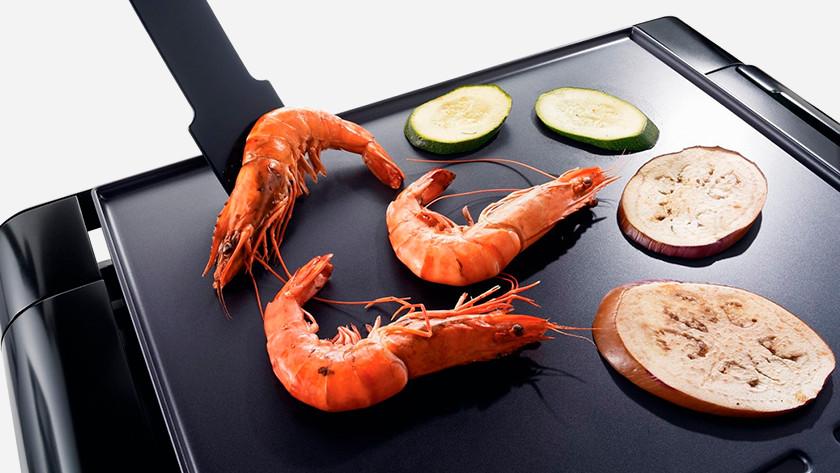 Vlakke bakplaat met garnalen en groenten