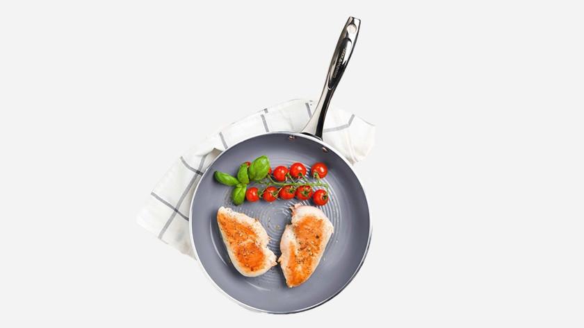 pan met een keramische baklaag met kip en tomaten
