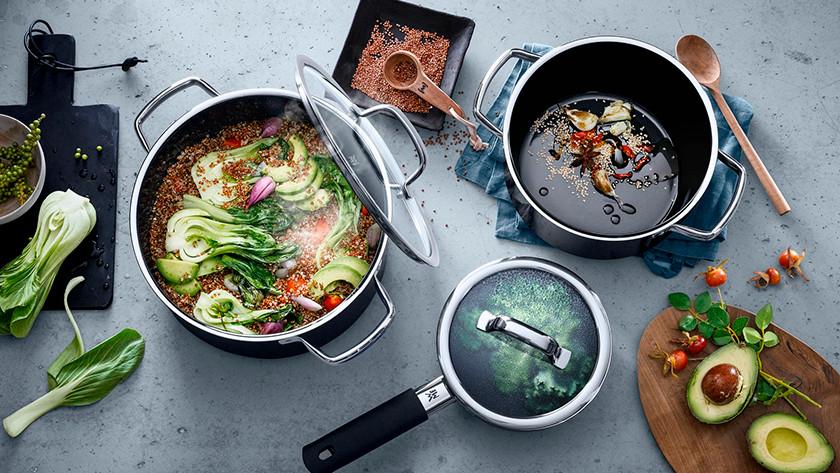 Différentes tailles de casseroles avec des ingrédients sur une cuisinière