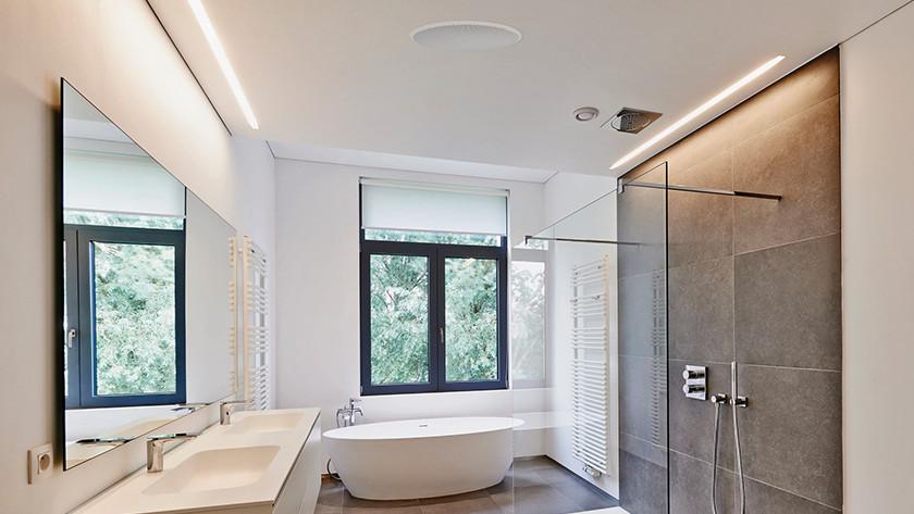 Ingebouwde speaker in de badkamer