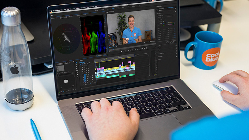 Bedrijfsfilms monteren op een MacBook.