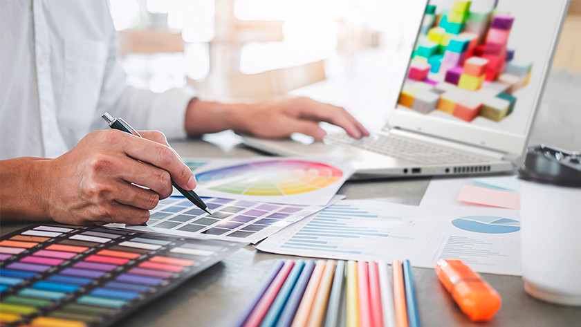 Man werkt aan kleurig ontwerp achter ConceptD laptop.