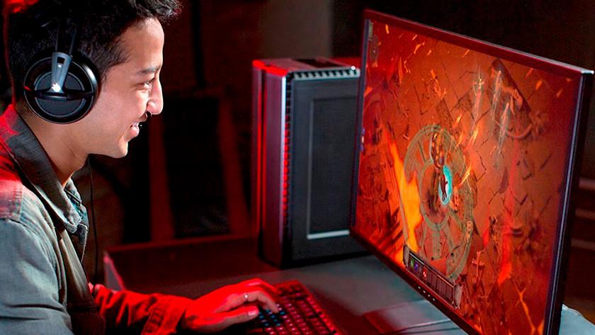 Gamer speelt Fortnite op zijn 4K monitor