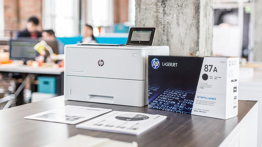 hp laserprinter met toners op een tafel