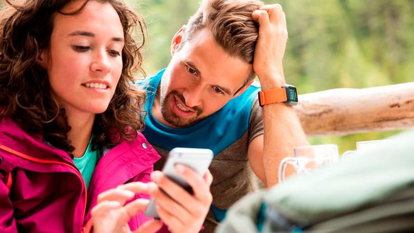 Man en vrouw met TomTom horloge