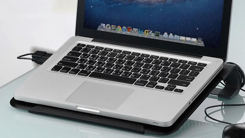 Een laptop standaard met actieve koeling en een MacBook