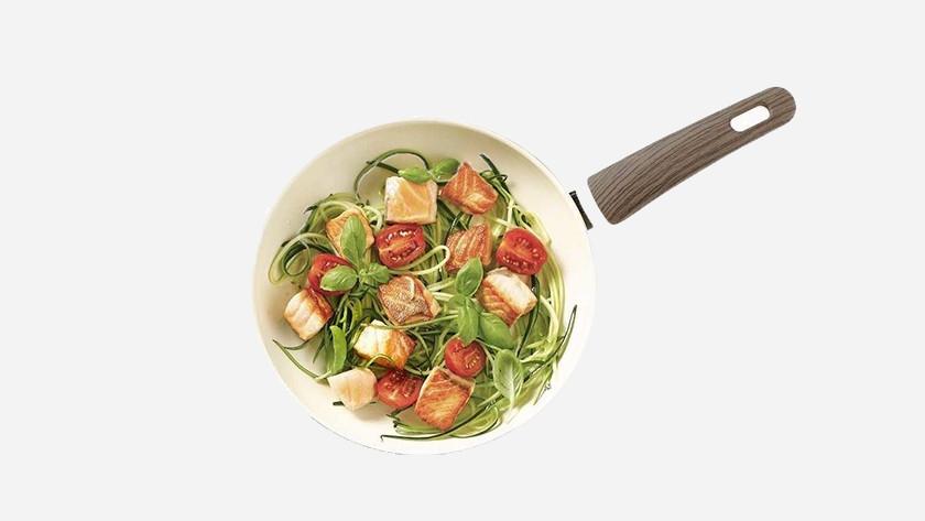witte, keramische pan met spaghetti, zalm en tomaten