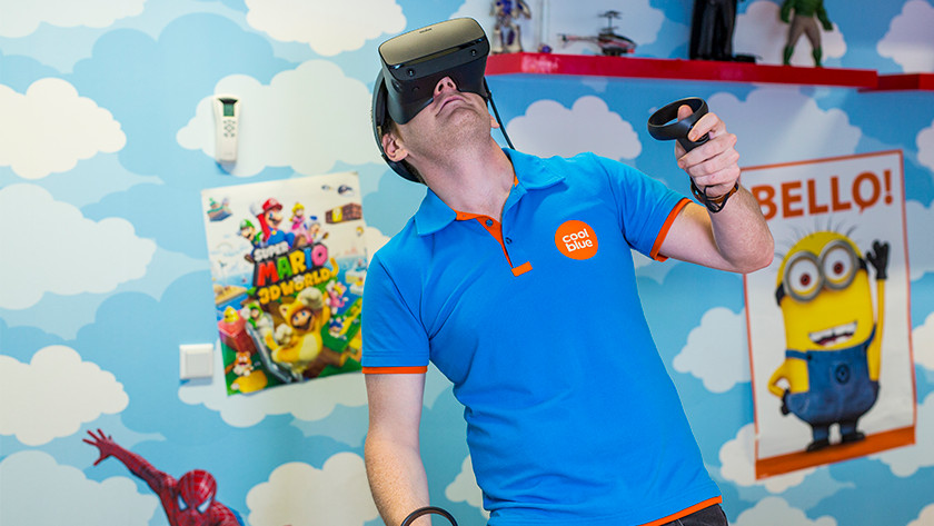 Man speelt Oculus Rift S VR bugs
