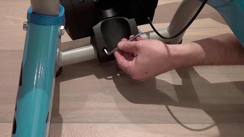 Monteer de rem van de Tacx Booster T2500