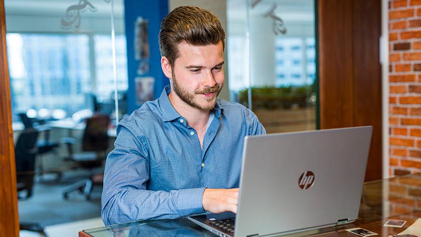 Man achter laptop