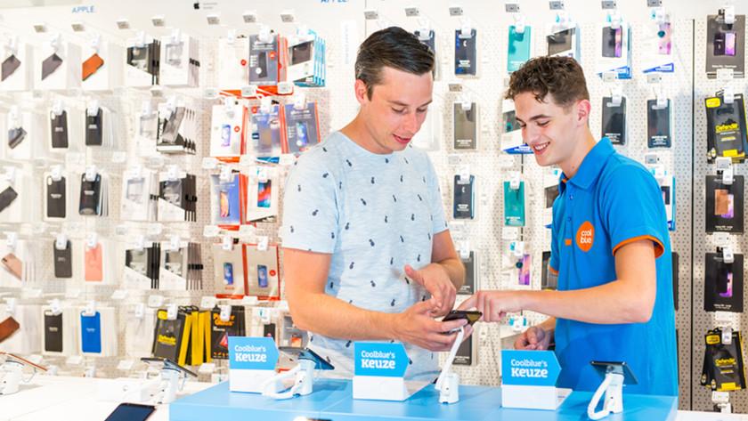 Tester des smartphones dans un magasin Coolblue
