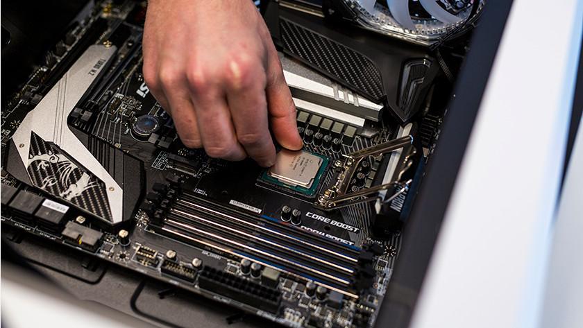Man die processor in moederbord installeert