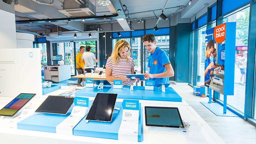 Tester des étuis pour tablettes dans le magasin Coolblue