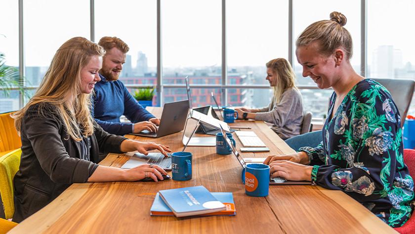 Samenwerken achter laptops op het Coolblue kantoor.