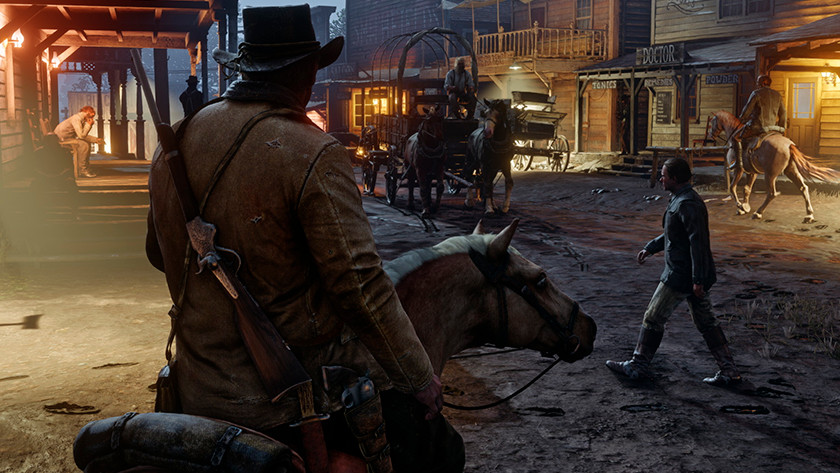 Man op paard rijdt wild west dorp in met geweer op zijn rug in Red Dead Redemption 2.
