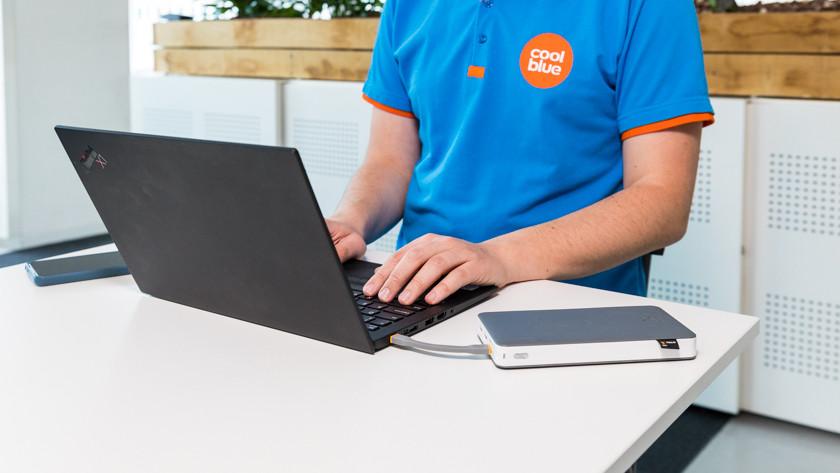 Laptop met usb C opladen met powerbank