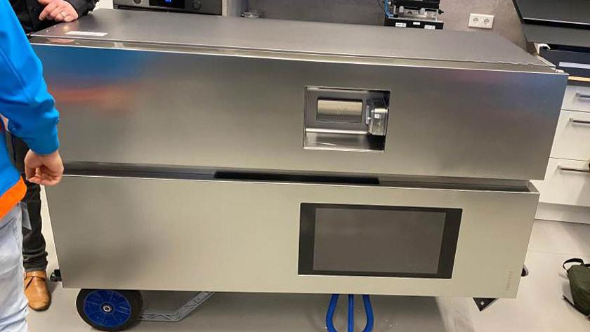 Amerikaanse koelkast dwars op steekkar