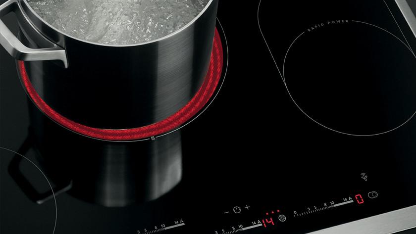 Casseroles sur plaque de cuisson en céramique