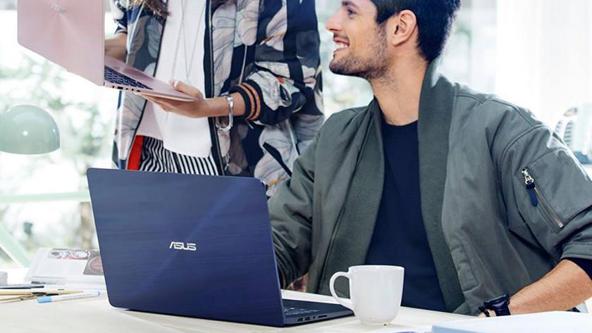 Un homme avec un ordinateur portable Asus regarde une femme avec un ordinateur portable Asus.