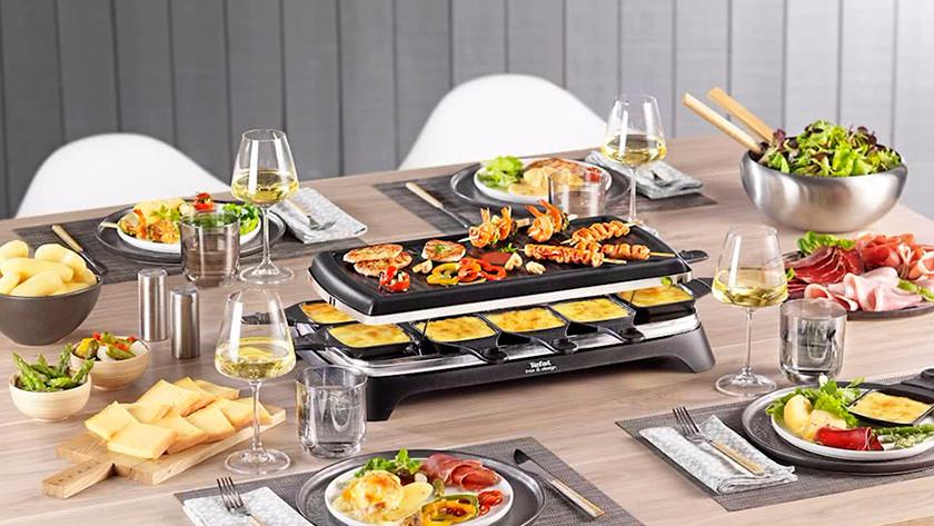 Gedekte tafel met gourmetstel met eten