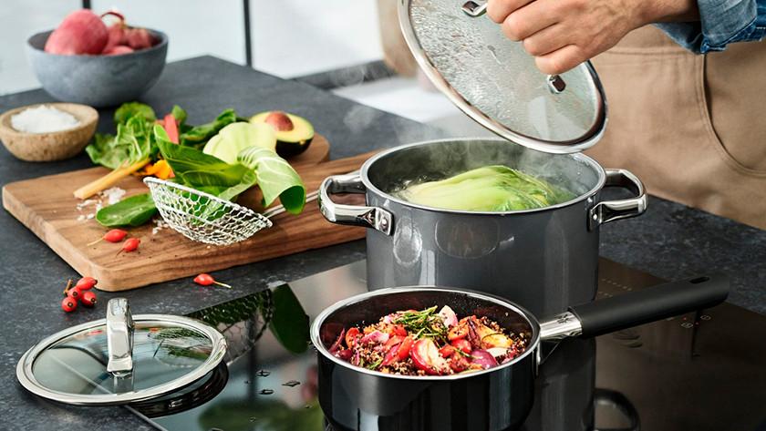 Poêlon et casserole de légumes sur la cuisinière