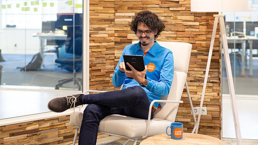 Homme avec une tablette