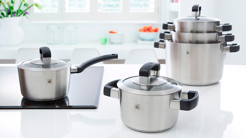 Différentes tailles de casseroles dans la cuisine