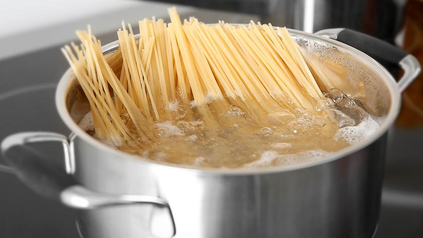 kookpan met spaghetti
