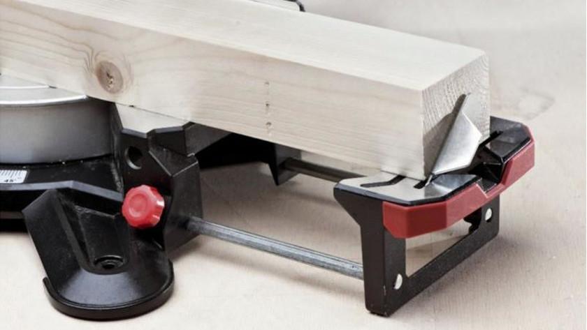 Poser la scie à onglet sur une surface stable