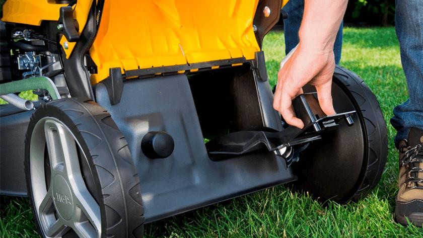 Lawn mower mulch plug