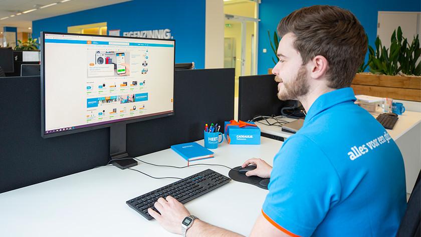 Man bekijkt de Coolblue webshop op zijn computer
