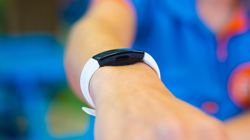 Zijkant Fitbit Inspire HR
