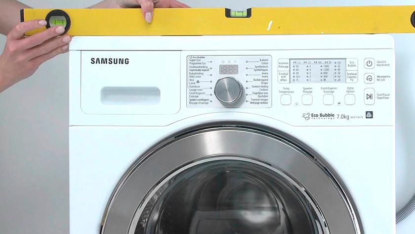 Mettre la machine à laver bien droite