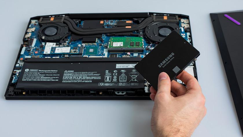 2,5 inch SSD installeren in laptop.