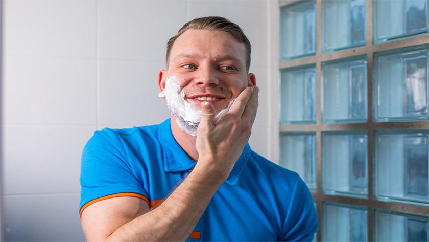 Lavez-vous le visage avant de vous raser