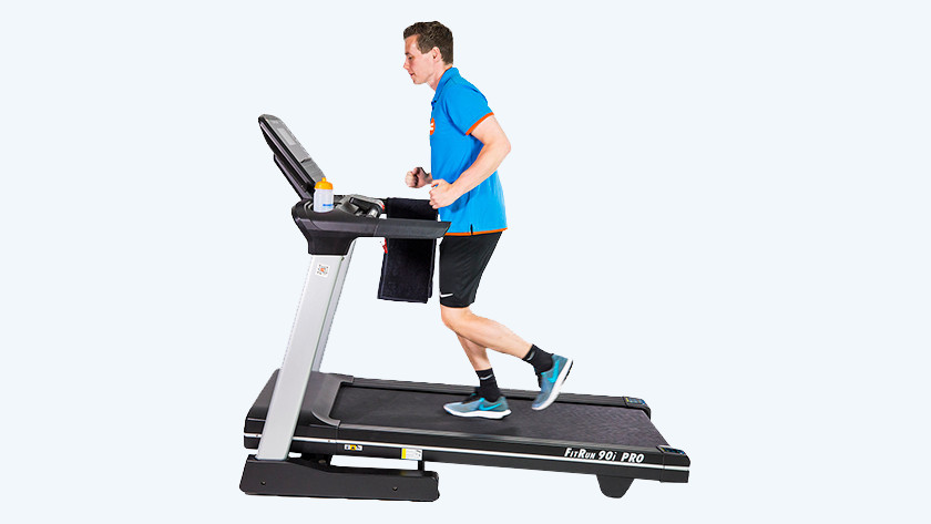Persoon op fitness apparaat