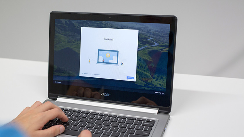 Man gebruikt Chromebook