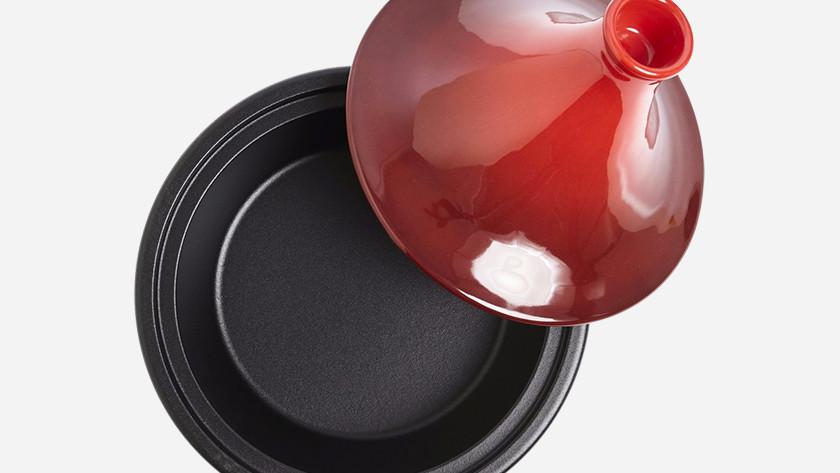 Rode tajine met zwarte onderkant